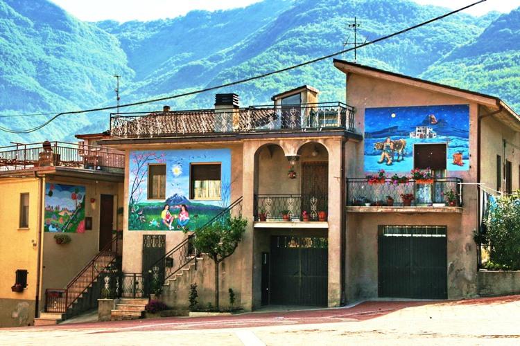 Azzinano, dove i muri raccontano e castelli, il borgo della ceramica.