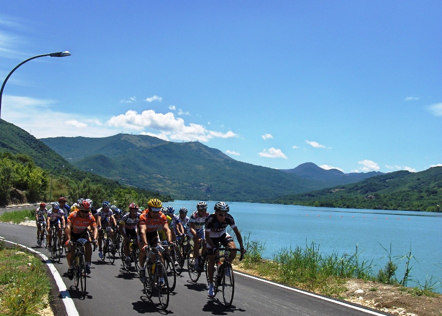 In bici sul lago di Bomba